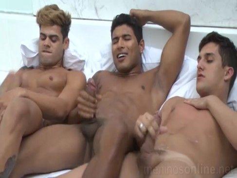 Três Amigos Sarados Fazendo Aquela Suruba.