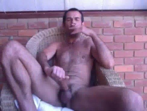 Brasileiro Na Punheta E Fumando Um Cigarro.