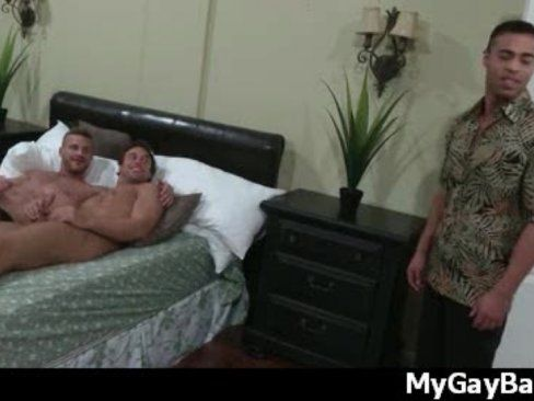 Dois Gays Dividindo O Mesmo Pau No Boquete.