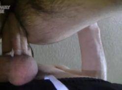 Se inclinou e deu a bunda – Porno Gay Amador.