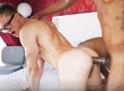 Nerd gay dando o cu pro moreno dotado